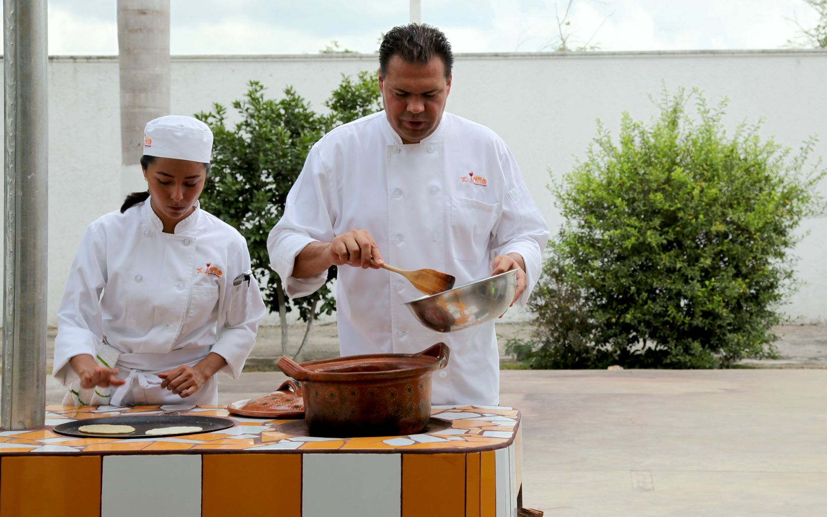 Mexican chef Luis Barocio and a student cook on a Tuumb