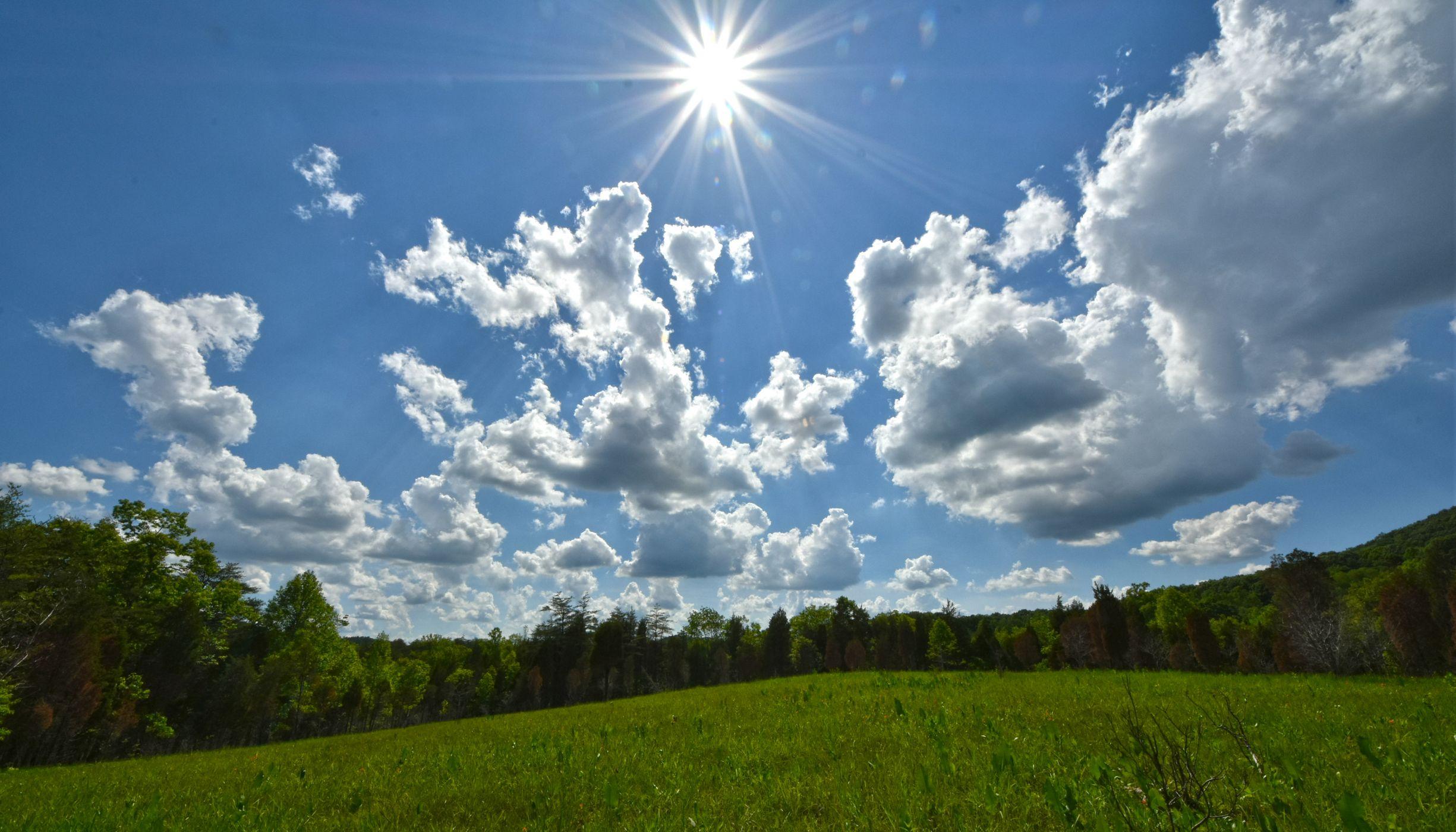 nubes sobre un cielo soleado