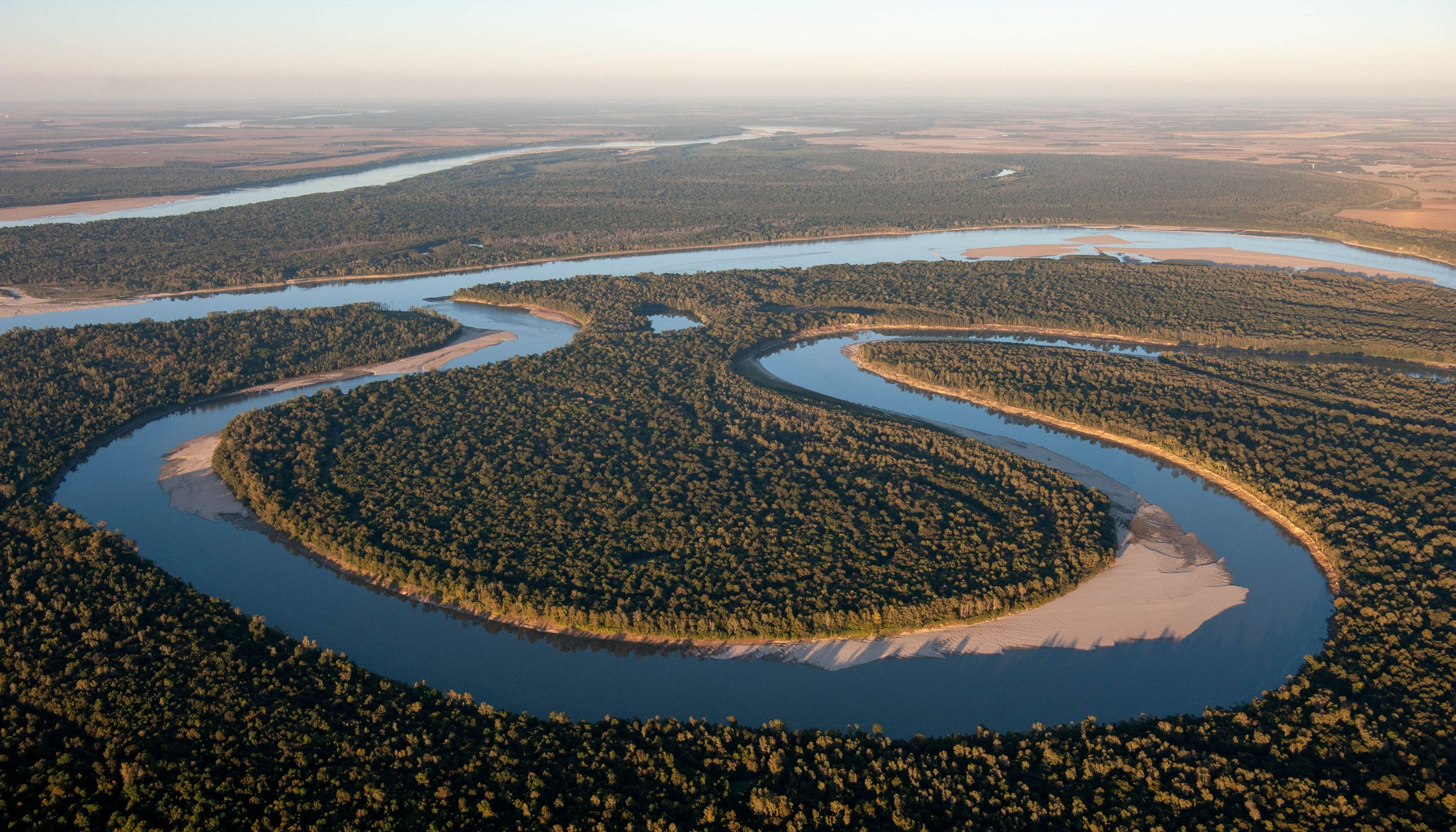A bend in the Mississippi River is lined with forests.