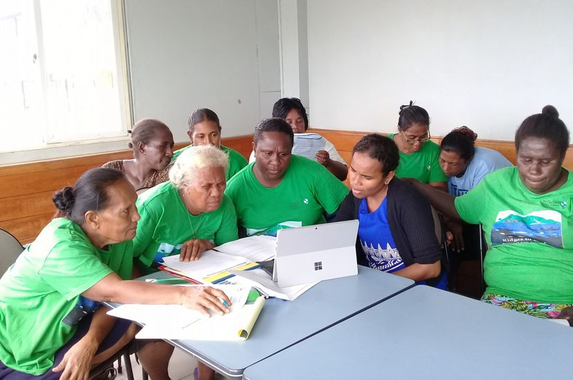 Madlyn Ero of TNC helps the Kawaki women of the Solomon Islands attend their first virtual Zoom meeting in August 2020.
