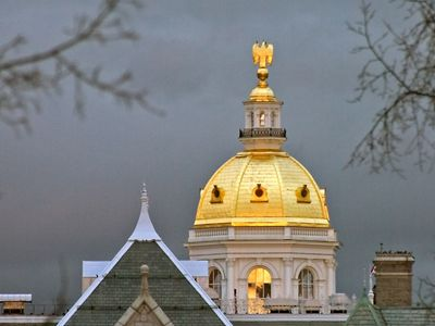 A golden dome at the top of the New Hampshire State House building.