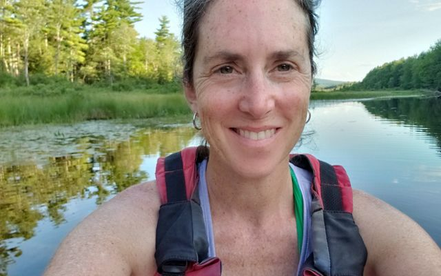 Samantha Horn, directora de Ciencia para TNC en Maine, navega en kayak en el arroyo Hopkins en Maine.
