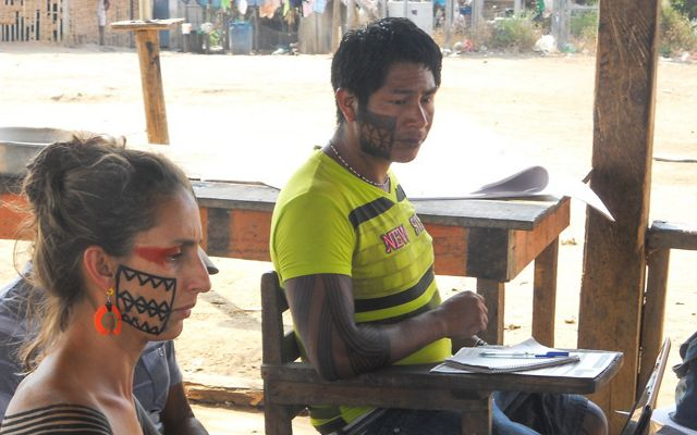Luciana Lima, TNC conservationist, and Takak Jakare Xikrin, from Trincheira Bacajá Indigenous Land, lead an agenda building activity for Indigenous women.