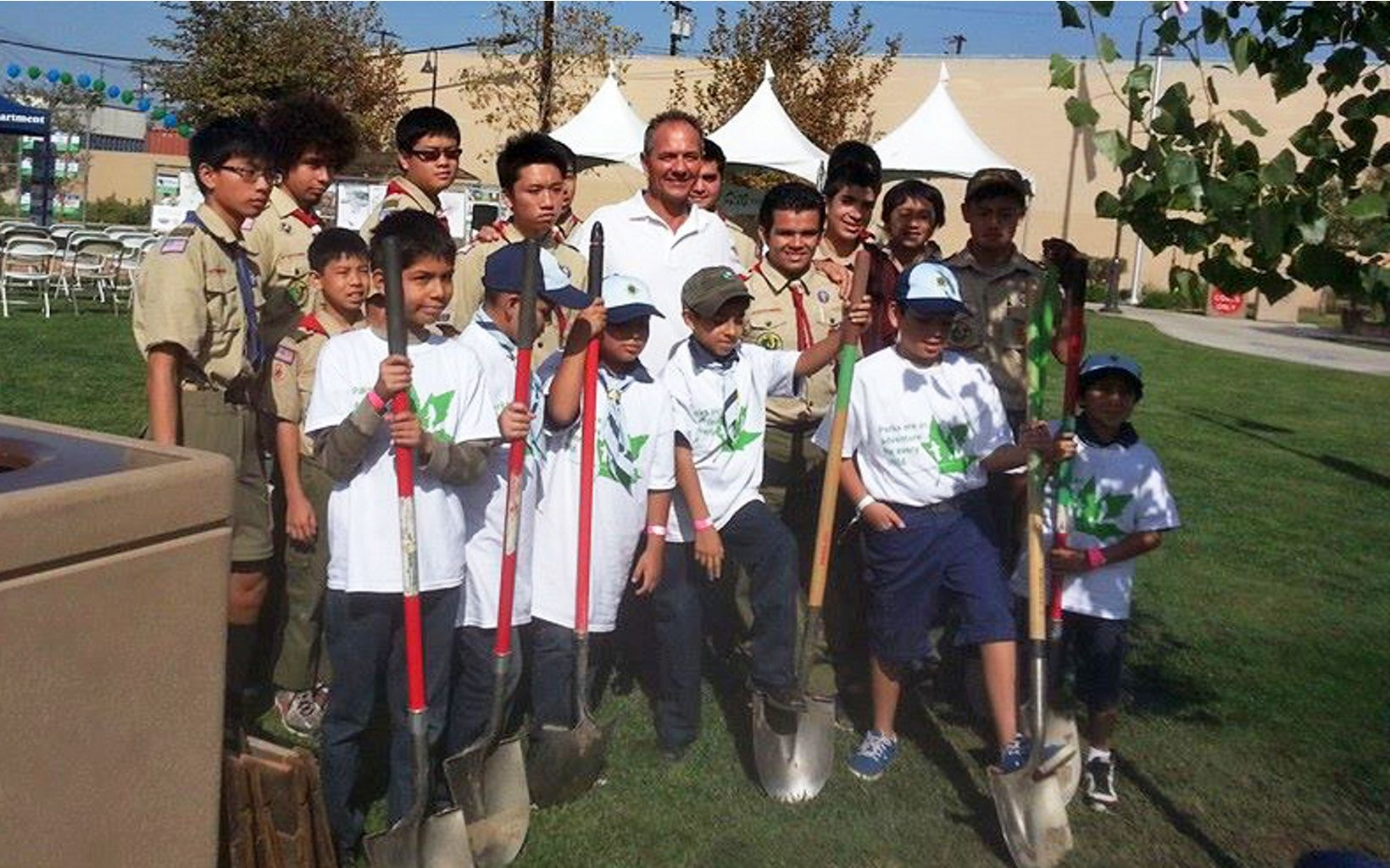 Volunteers plant trees at a 2013 Odwalla and TNC event in Los Angeles, CA.