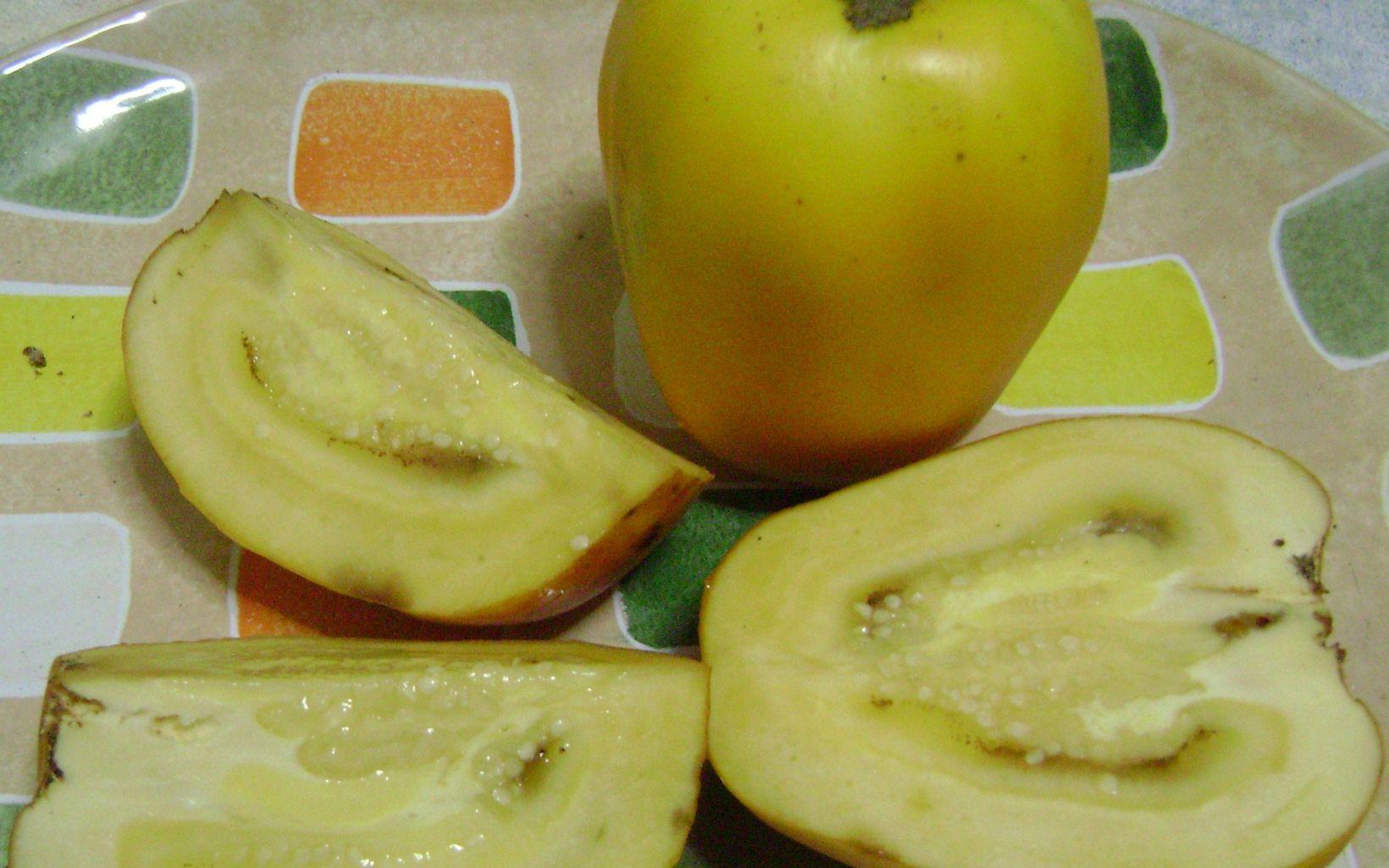 Se parece a un tomate estándar. Se ha demostrado que tiene un efecto más acentuado que las naranjas para reducir colesterol. Se usa en preparaciones dulces.