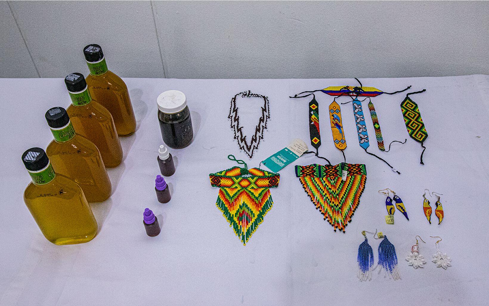 Iniciativas productivas de comunidades indígenas conectan su conocimiento de los bosques con productos artesanales que protegen los ecosistemas y además son de gran calidad.