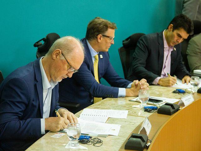 Ian Thompson, Diretor Executivo da TNC Brasil, e Helder Barbalho, Governador do Pará, assinam acordo de cooperação para promoção de iniciativas de desenvolvimento sustentável.