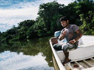 Indígena Xikrin pescando