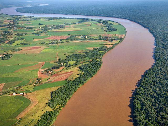 Vista aérea dos campos de cultivo e fazendas a leste da cidade de Foz do Iguaçu e à direita é o Parque Nacional do Iguaçu