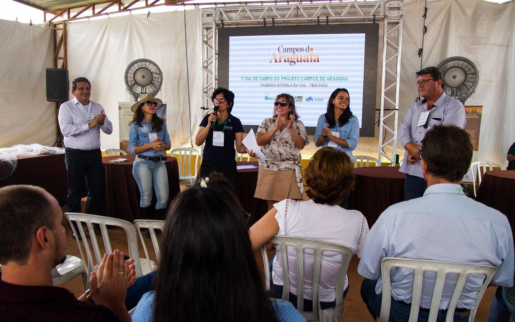 Francisco Fonseca, Raimunda de Mello e Julia Mangueira, da equipe de Agricultura da TNC Brasil, junto com parceiros do projeto Campos do Araguaia, em evento no Mato Grosso.