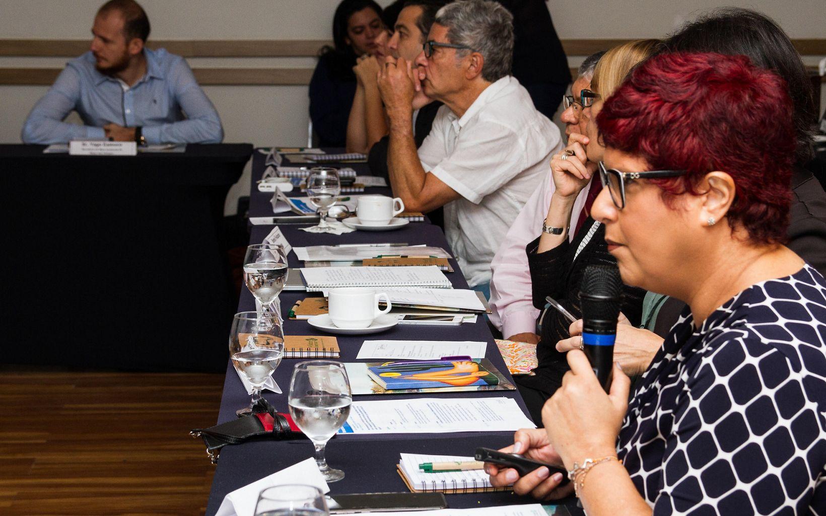Karen Oliveira, Gerente de Infraestrutura da TNC Brasil, palestrando no evento Diálogos Tapajós, em Belém, em 2018.