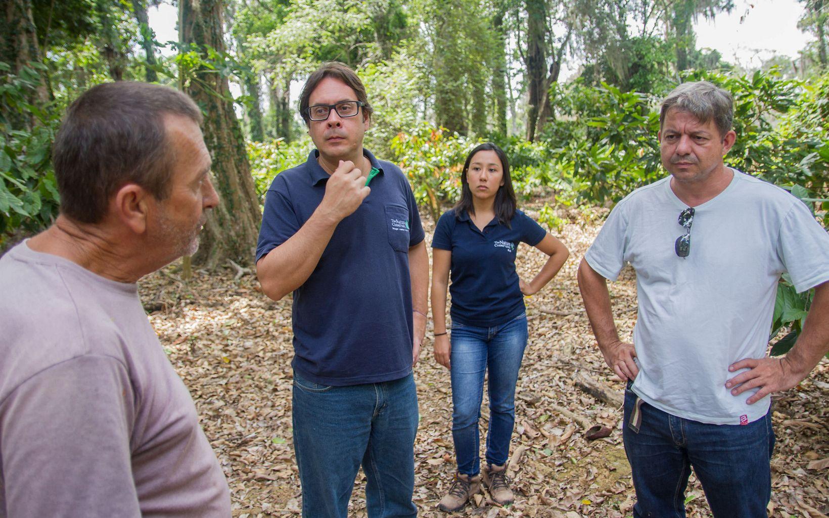 Rubens Benini, Gerente de Restauração, e Vanessa Girão, Especialista em Restauração, com parceiros da TNC Brasil no Programa Reflorestar, no Espírito Santo.