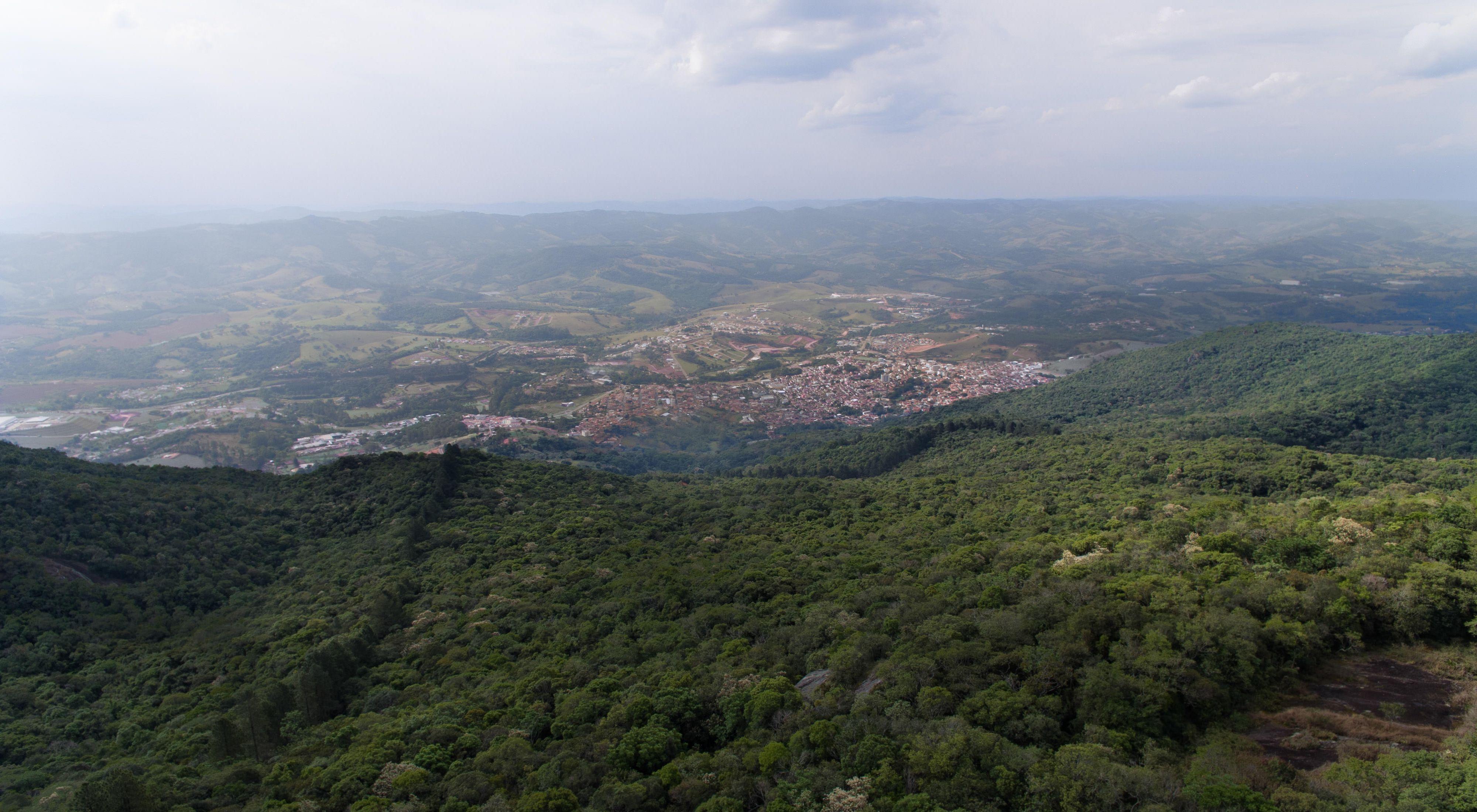 Vista aérea da cidade de Extrema-MG, um município referência na restauração de áreas degradadas para proteção da bacia hidrográfica.