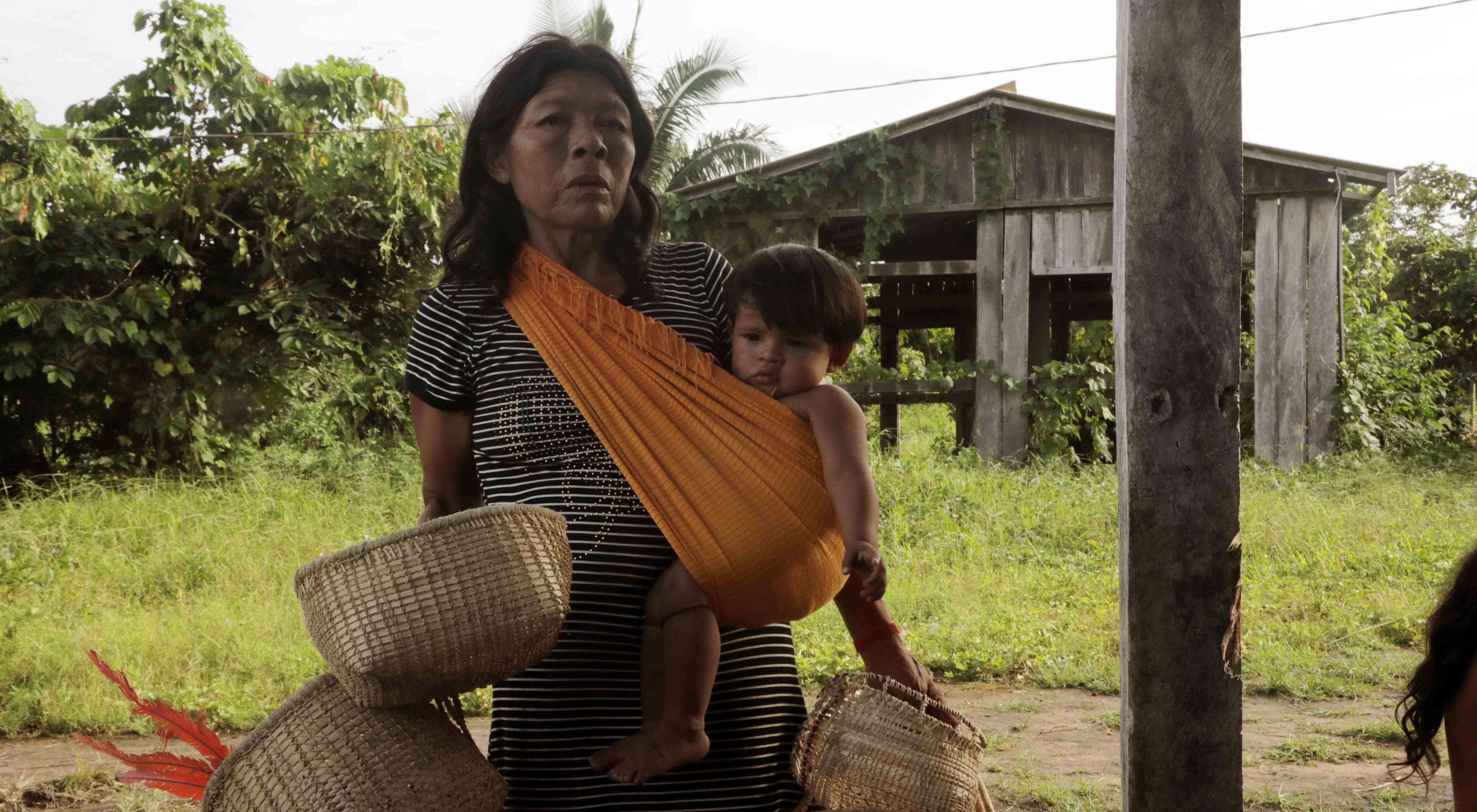Indígena do povo parakanã levando os cestos produzidos para uma das reuniões desenvolvidas pela consultoria.