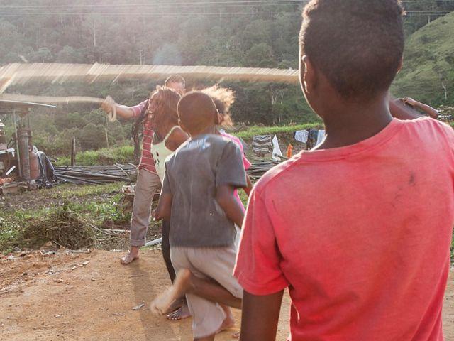 Crianças da Comunidade Quilombola do Alto da Serra do Mar brincam de pular corda em Lídice, distrito de Rio Claro-RJ.