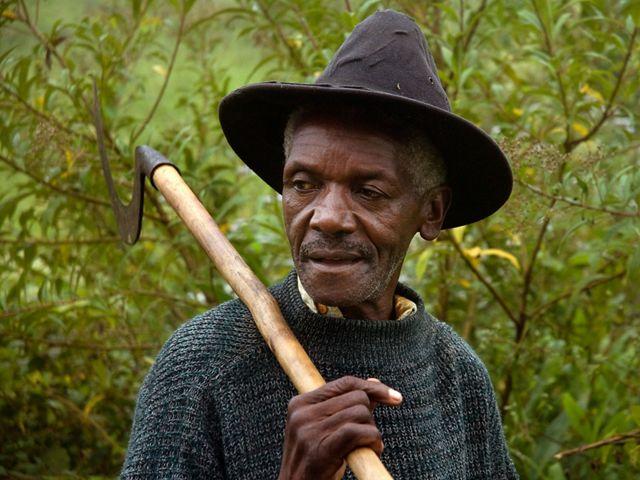 Seu Benedito, pai de Bené Leite, que tem trabalhado por anos com a família na região da bacia do Rio Guandu, no distrito de Lídice, em Rio Claro-RJ.