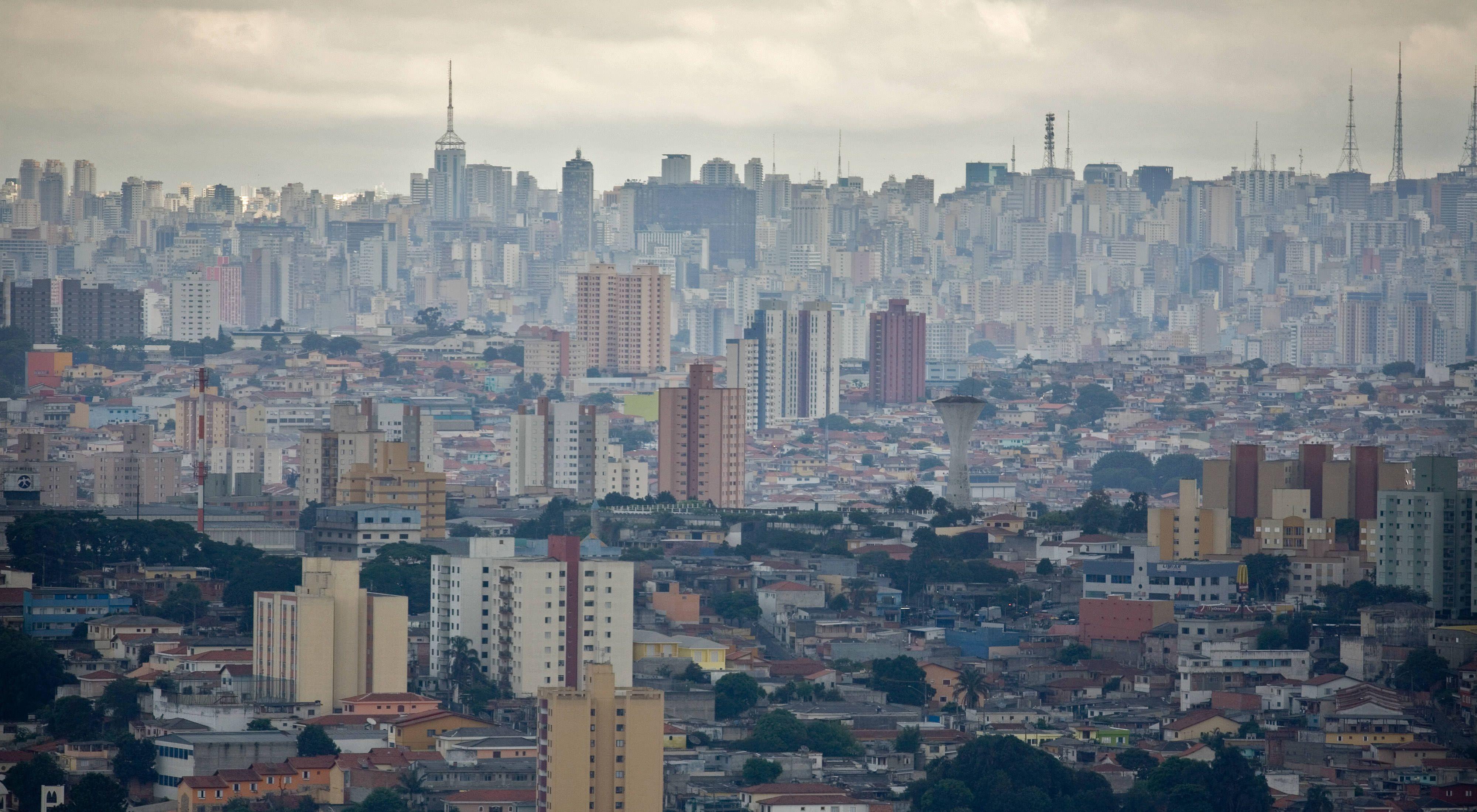 Vista da cidade de São Paulo com muitos prédios e pouca vegetação.