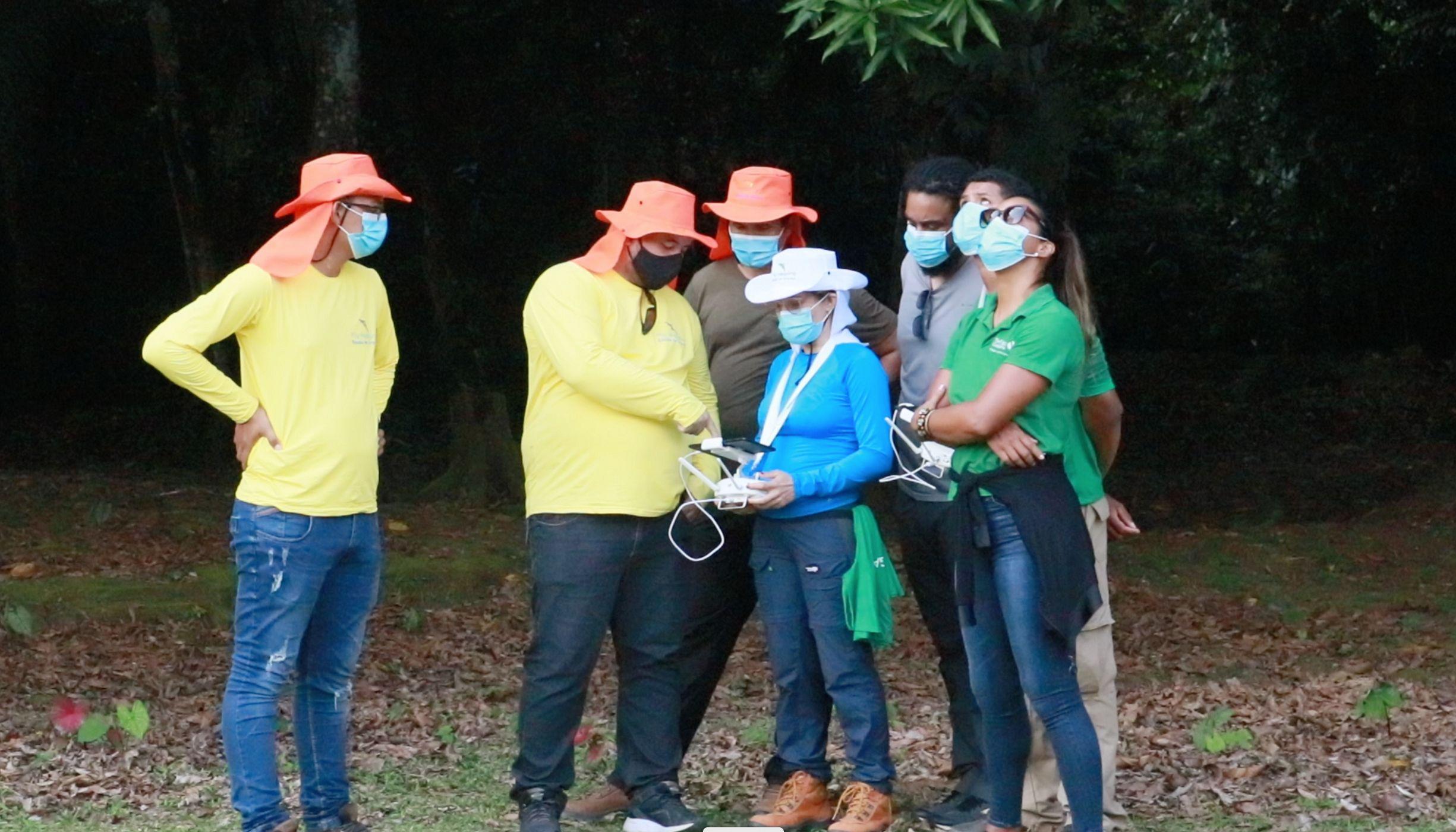 Alunos durante o curso de pilotagem de drones