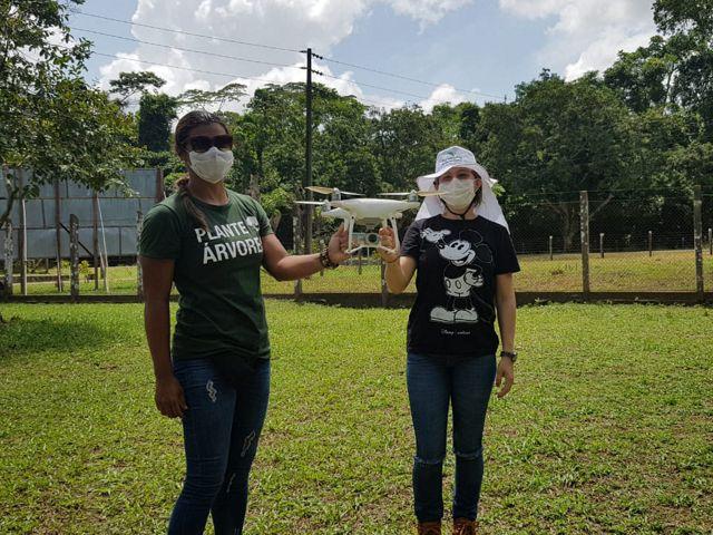 Cintia Ballieiro, Especialista em Geoprocessamento da TNC Brasil, durante o curso de pilotagem de drones.