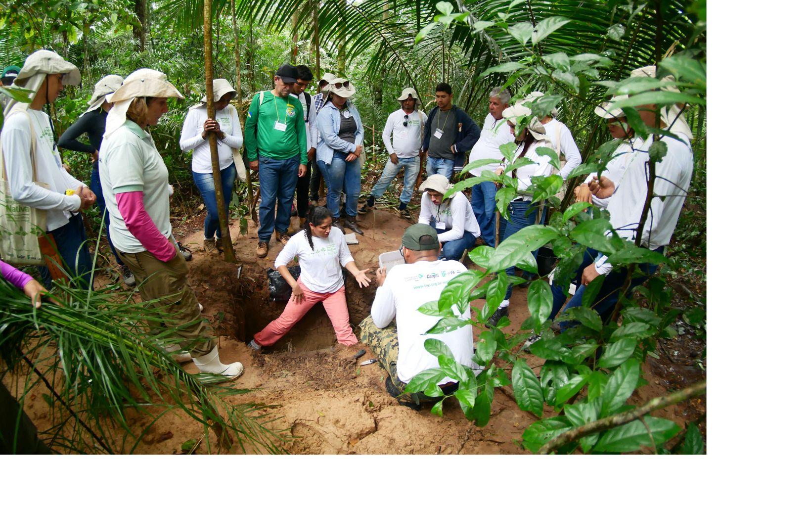 Professora demonstra uma das atividades na Reserva Extrativista Tapajós Arapiuns.