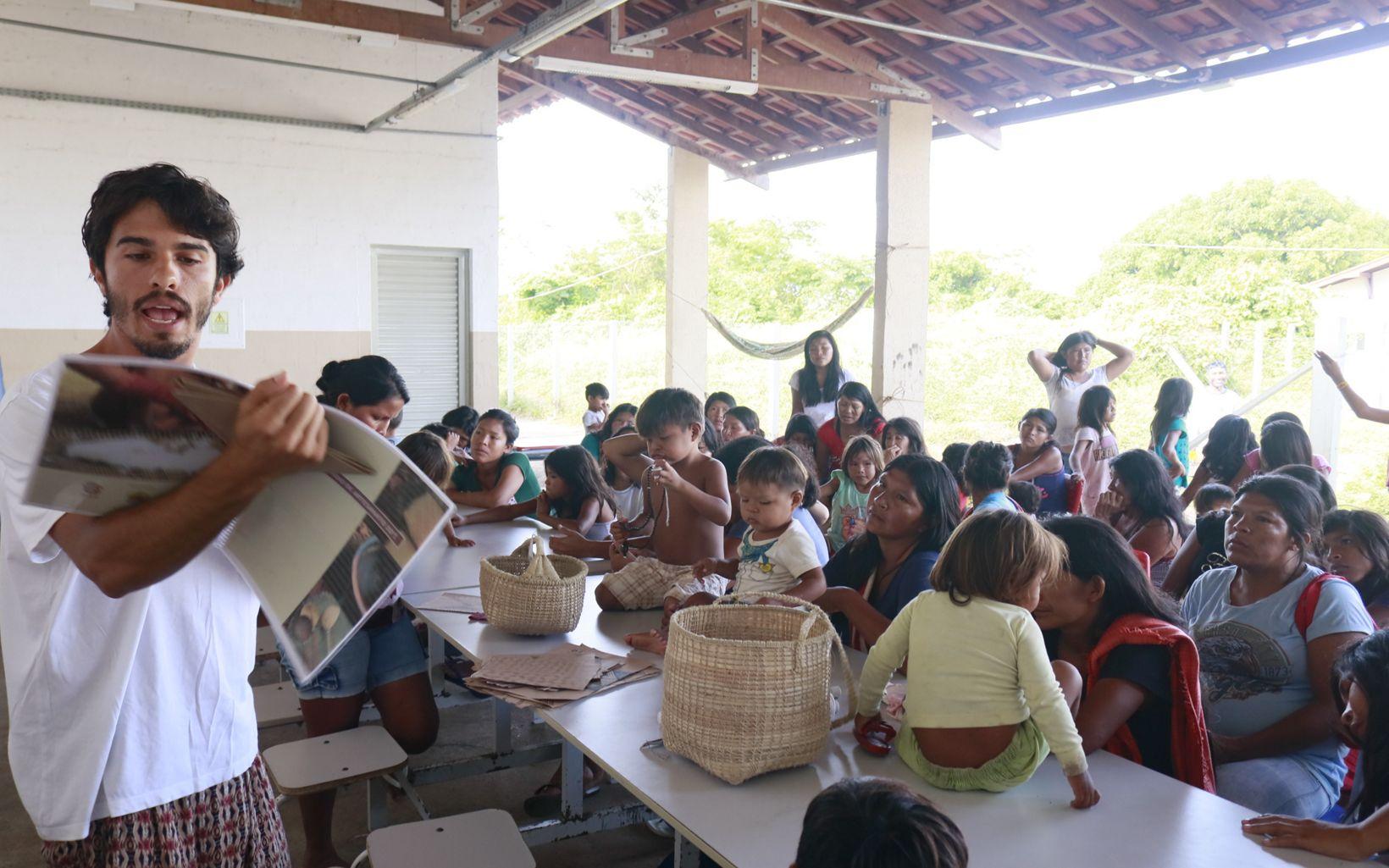 O designer Caio Esgario em oficina com as mulheres artesãs do povo Parakanã para desenvolvimento da identidade visual e catálogo de produtos.