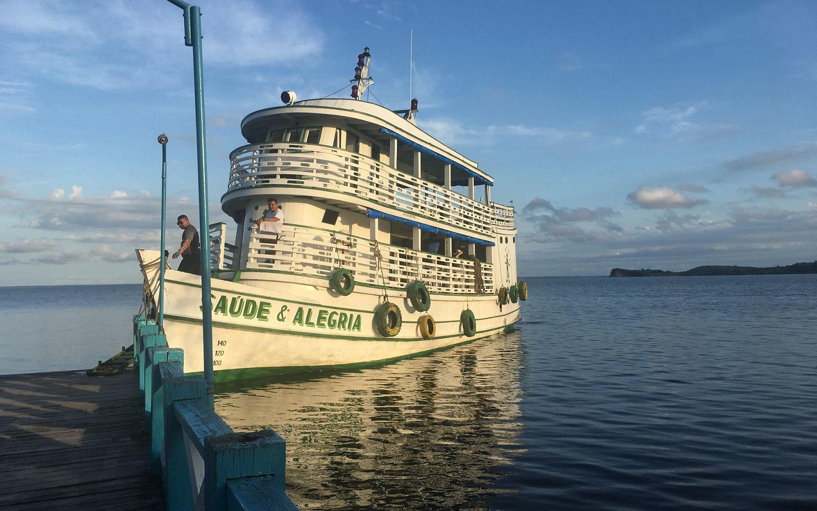 Barco do projeto Saúde & Alegria, que levou os participantes para visitar as comunidades de Solimões e Carão.