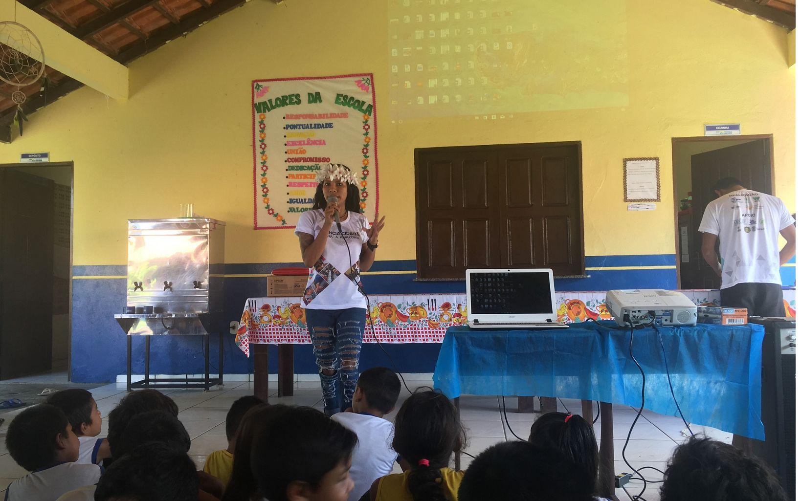 Aluna de escola da comunidade Solimões participando da apresentação dos projetos desenvolvidos na área.