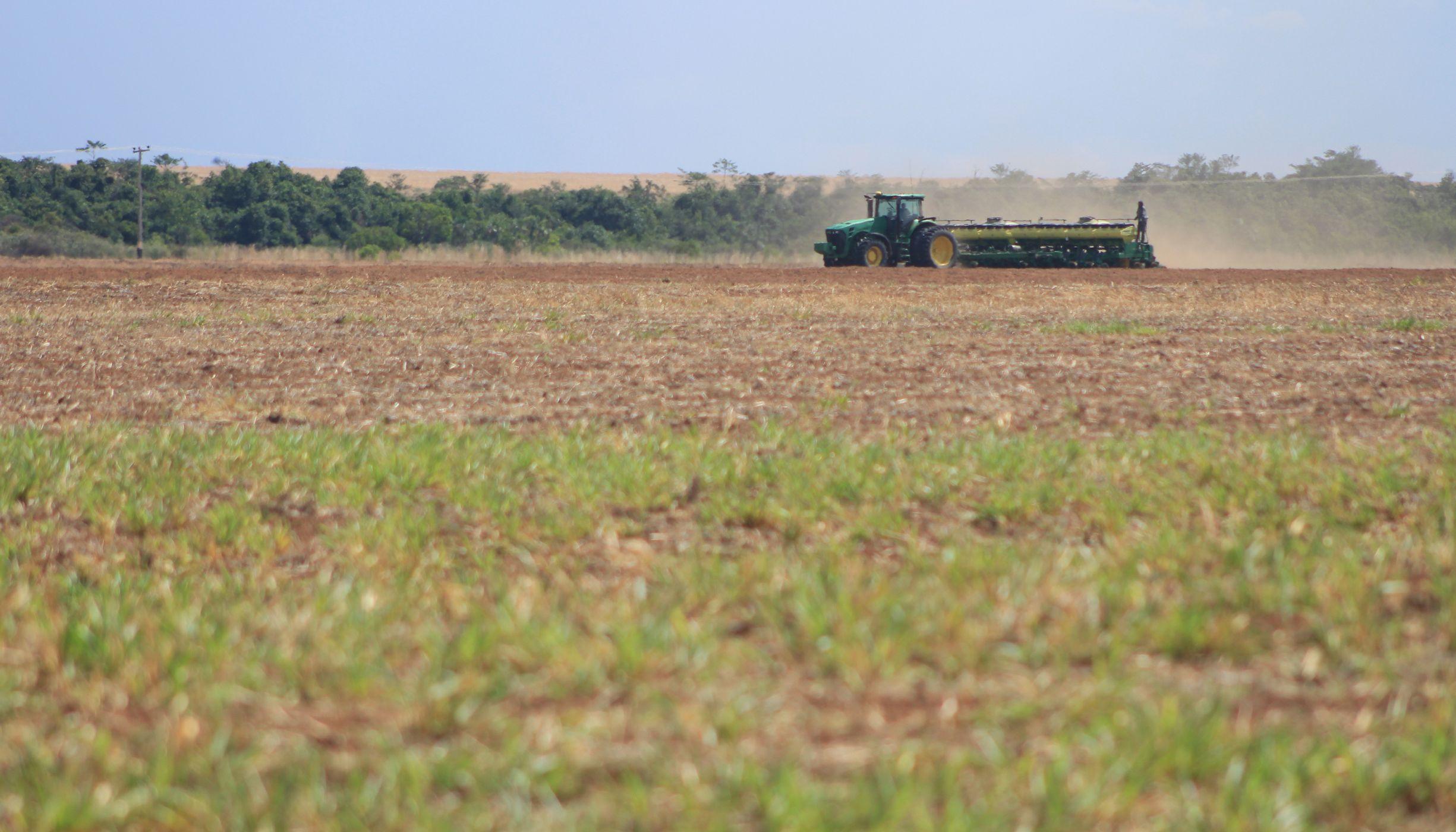 Máquina em área produção de soja no Cerrado