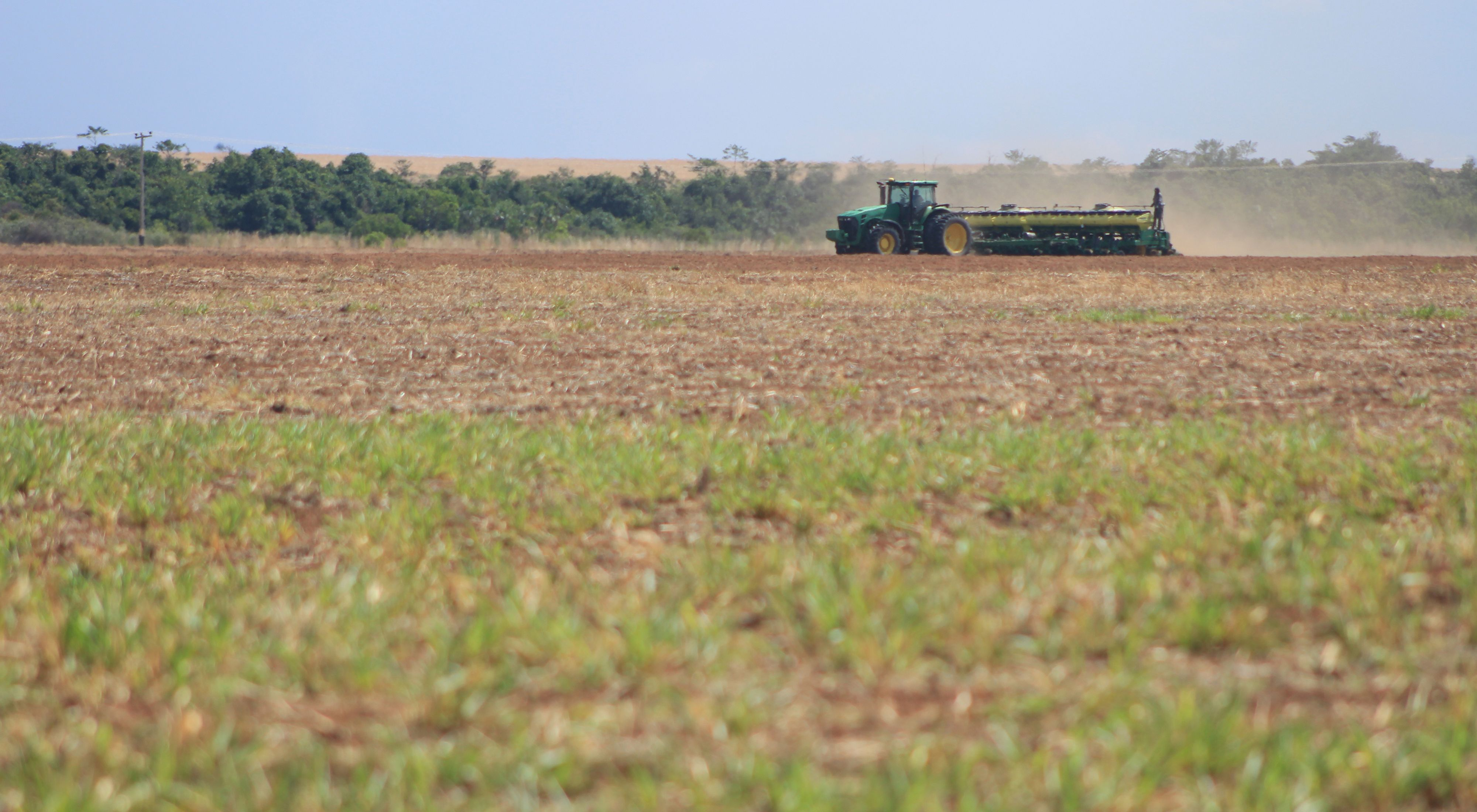 Colheitadeira em área produtiva no Cerrado