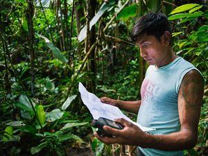 Bepnhibety Xikrin marcando pontos de GPS para o etnomapeamento da Terra Indígena Trincheira-Bacajá, no Pará.