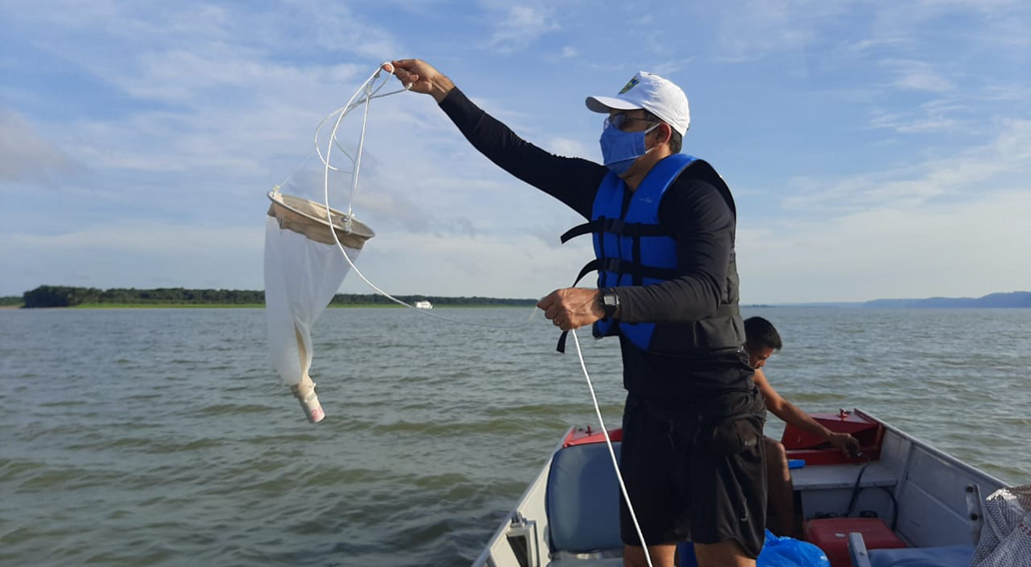 Pesquisador da UFOPA coletando ictioplânctons para pesquisa realizada com apoio da TNC.