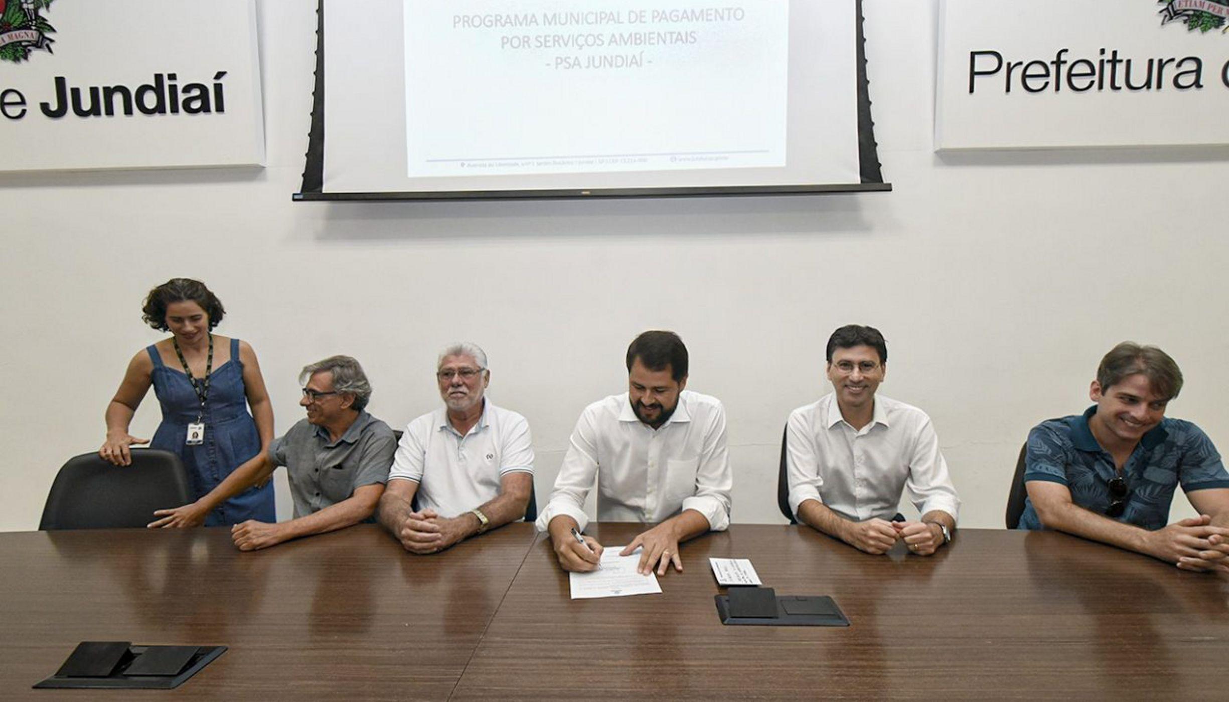 Samuel Barreto, Gerente de Segurança Hídrica da TNC Brasil, junto com representantes da Prefeitura de Jundiaí durante evento de assinatura dos termos de compromisso.