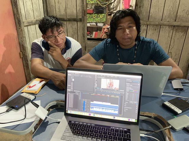 Os cineastas indígenas  Iori Parakanã e Kamikia Kisedje durante produção de série de vídeos sobre o trabalho de artesanato indígena do povo Parakanã, em 2019.