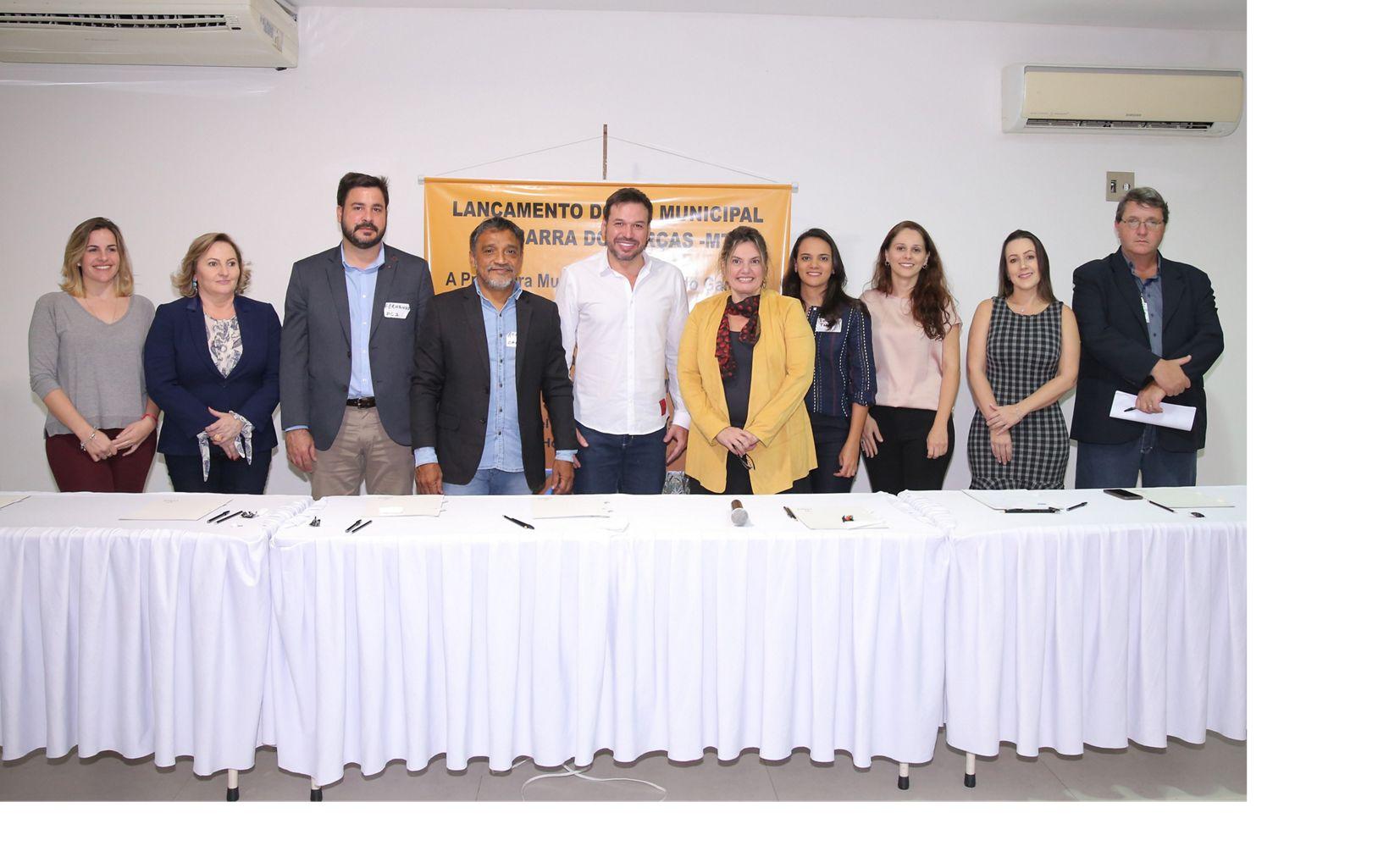 Representantes de orgãos governamentais e instituições parceiras no evento de assinatura.