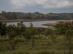 Reservatório com as margens em fase de restauração, em Salesópolis-SP.