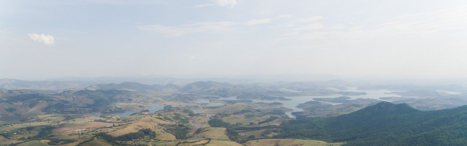 Imagem aérea de área rural do município de Joanópolis-SP, com a Represa do Jaguari, parte do Sistema Cantareira, ao fundo.