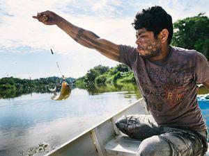 Tekakro Xikrin pescando no Rio Bacajá, próximo a Aldeia Pot-Kro, na Terra Indígena Trincheira-Bacajá.
