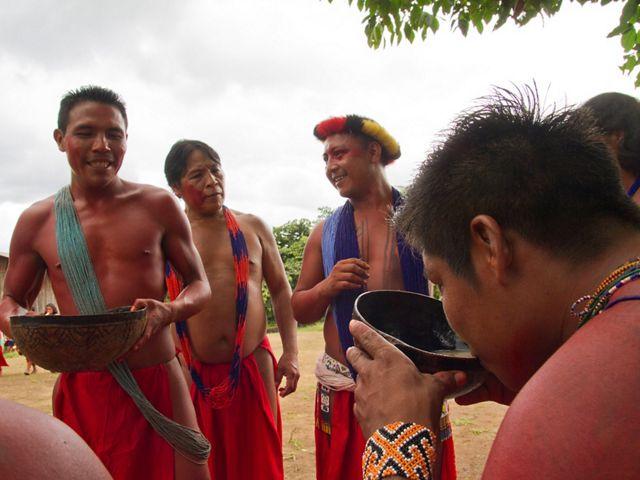 Lideranças do povo indígena Waiãpi, recebendo representantes dos povos Parakanã e Xikrin em festa para comemorar um dos eventos de intercâmbio do projeto IGATI.