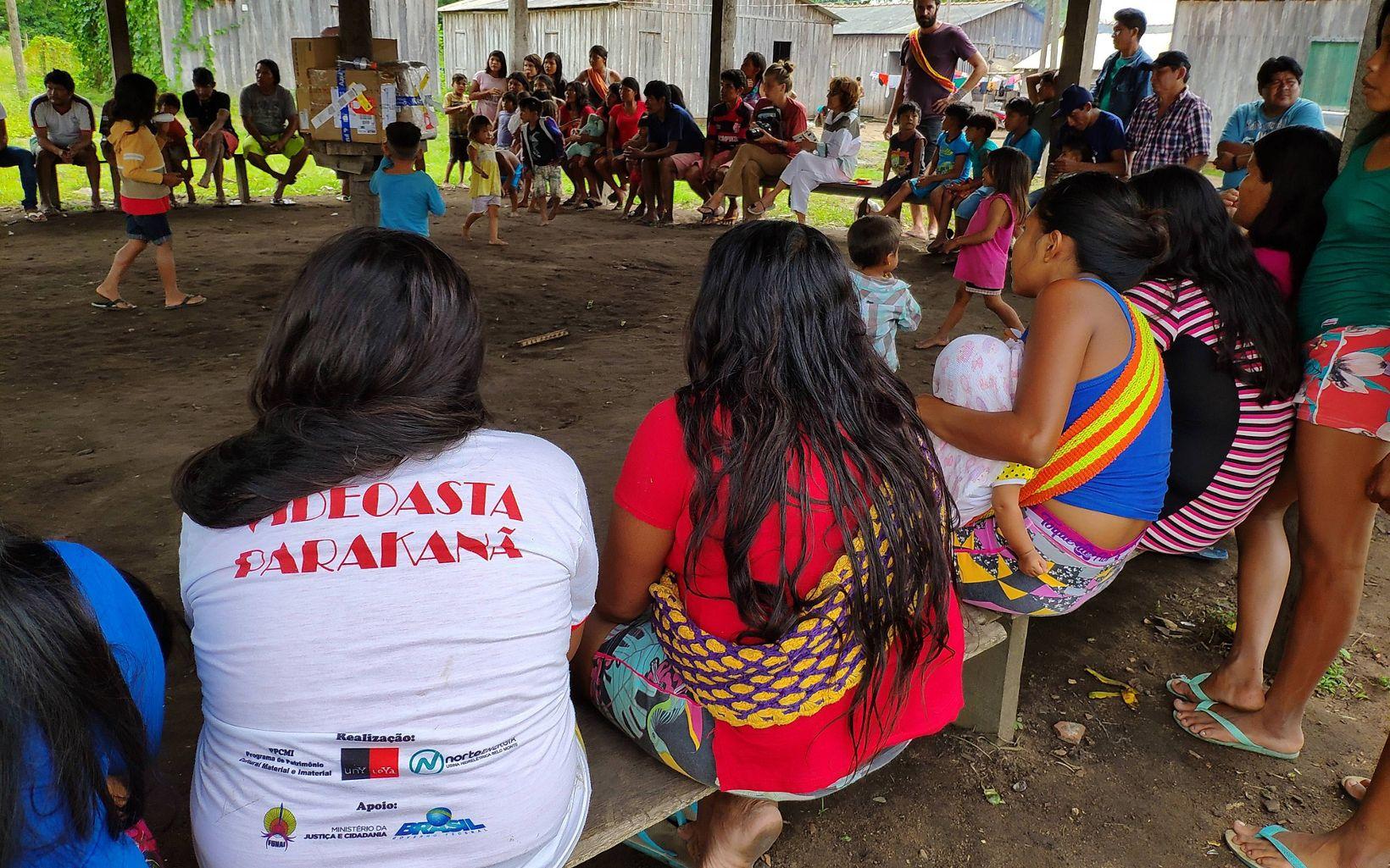 Uma das reuniões que fizeram parte das oficinas de profissionalização da produção de artesanato na Terra Indígena Apyterewa.