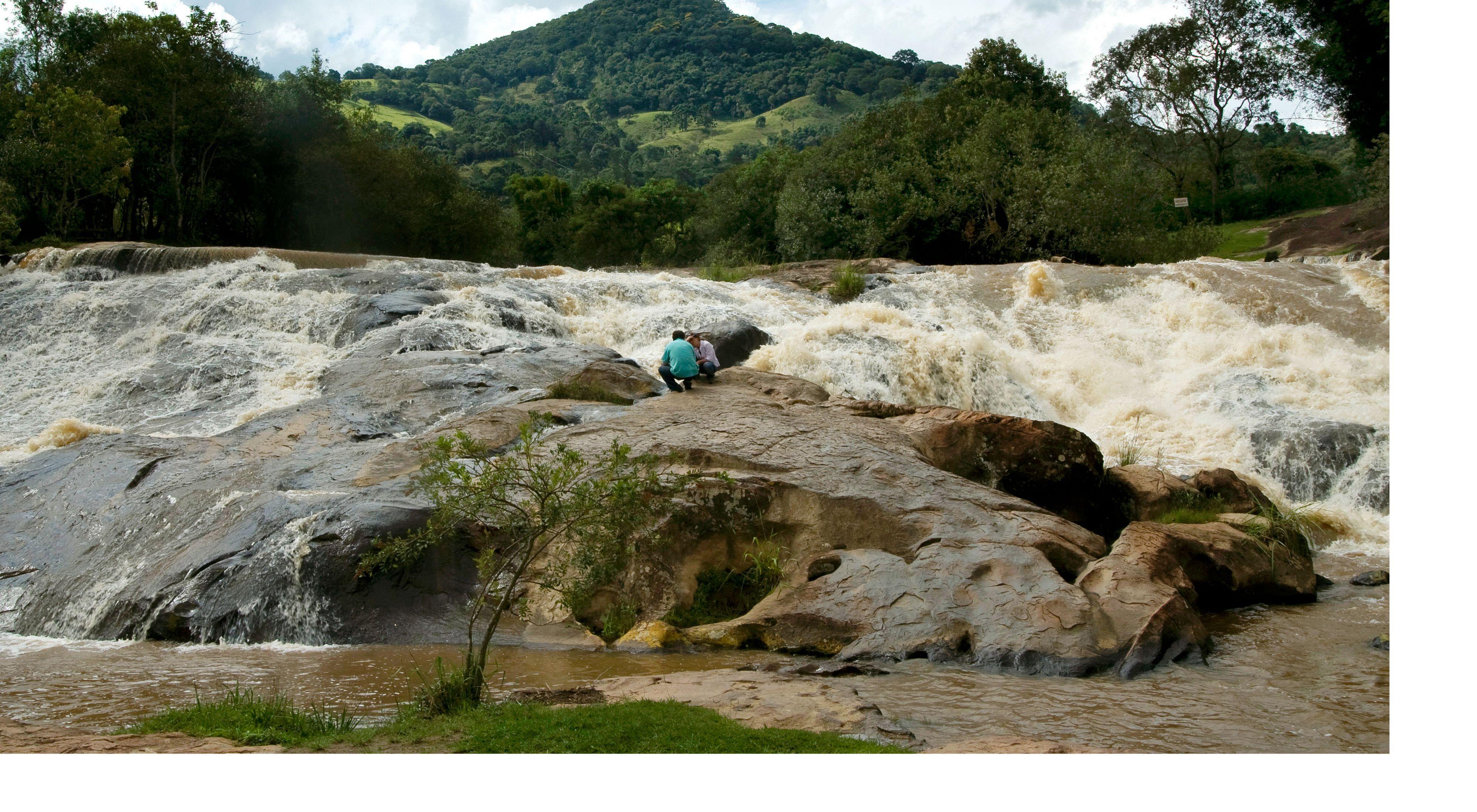 Equipe do projeto Produtor de Água no Parque Municipal da Cachoeira do Salto, no Rio Jaguari, em Extrema-MG.