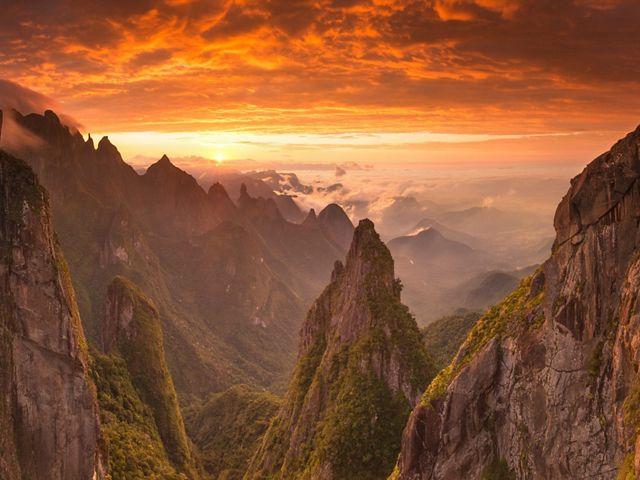 Nascer do sol no Parque Nacional da Serra dos Órgãos, no Rio de Janeiro.