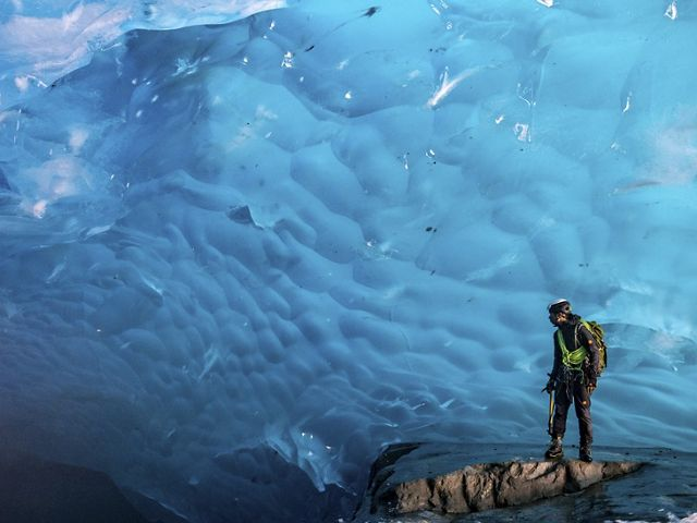 Uma geleira nos Alpes Suiços com parte do gelo derretendo.