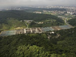 Vista aérea de central de tratamento de água.