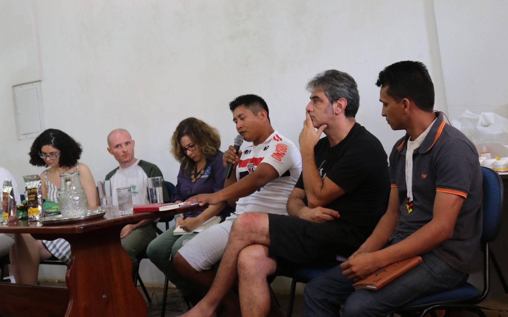Mukuka Xikrin, representante do povo indígena Xikrin, falando em mesa de debate da SEMEX junto com Eduardo Barnes, Especialista em Políticas Públicas da TNC Brasil.