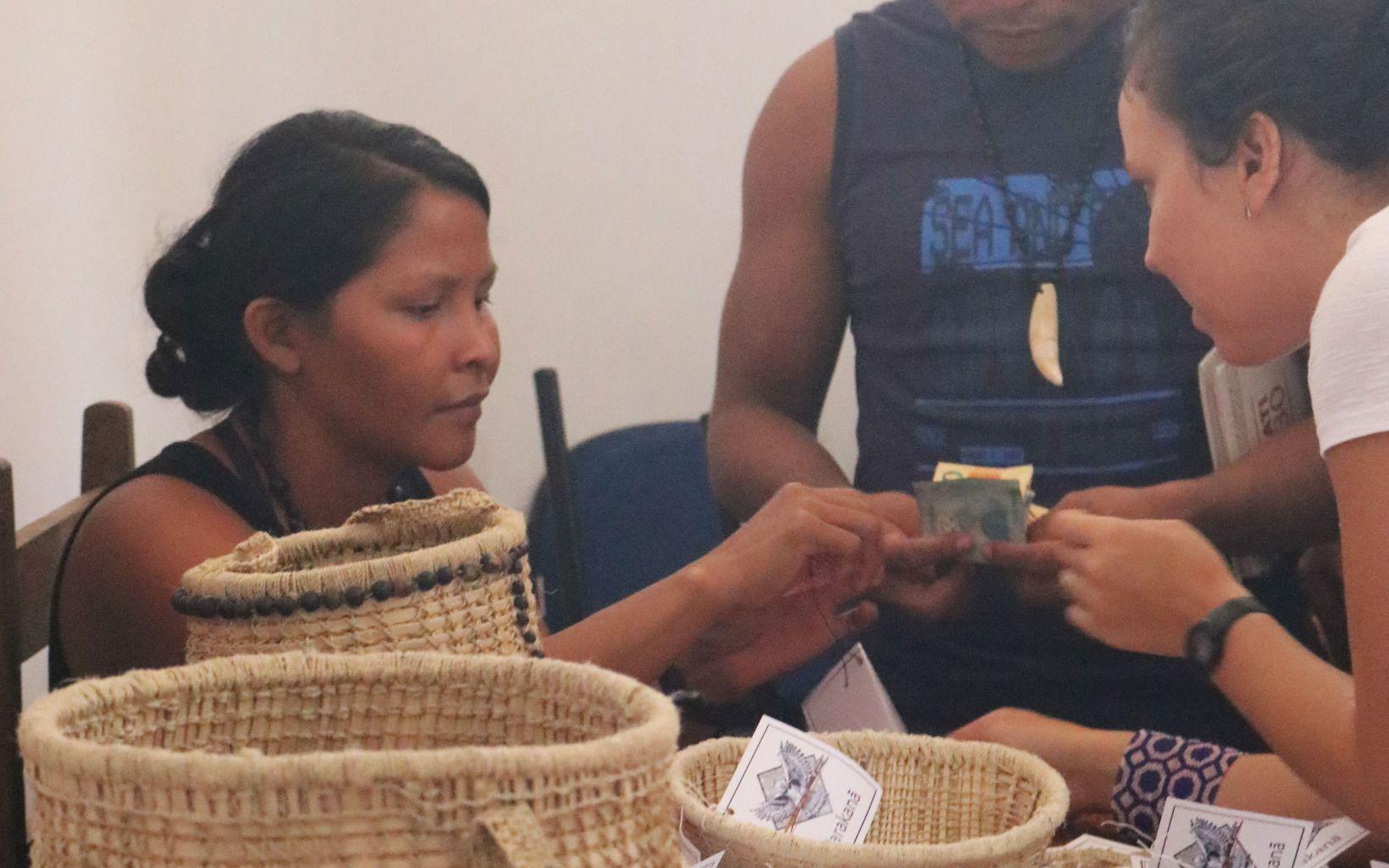 Representantes do povo indígena Parakanã vendendo o artesanato produzido em suas aldeias.