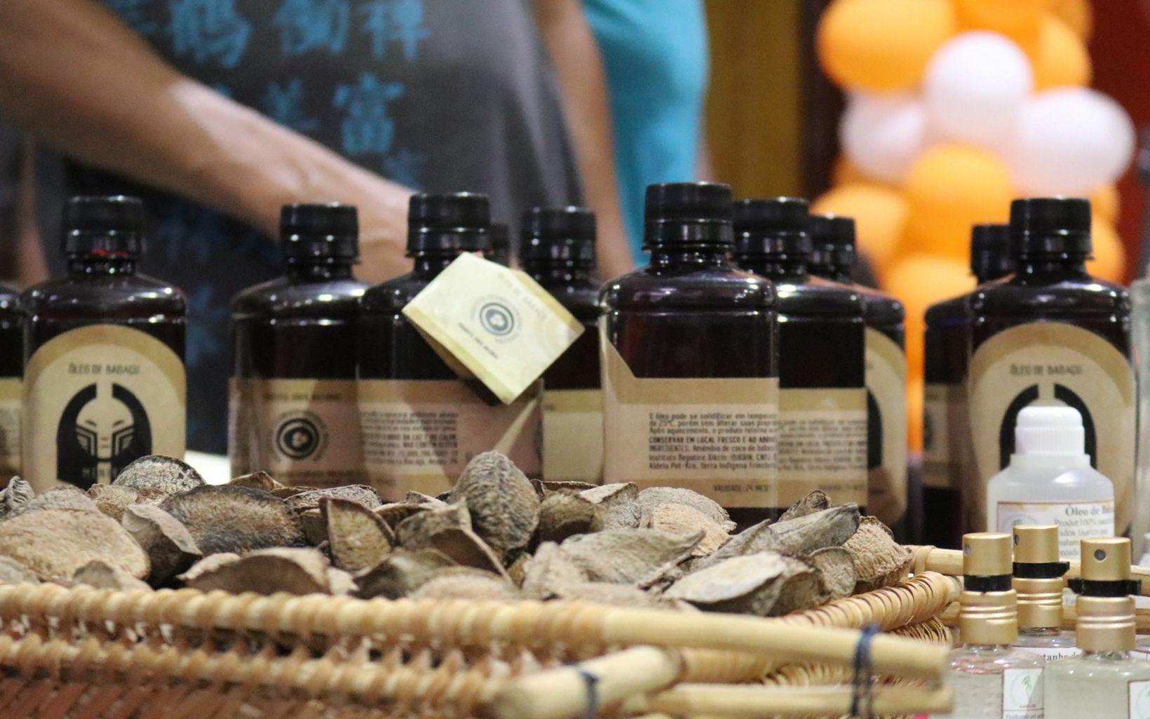 Óleo de babaçu e castanha do pará na exposição de produtos da floresta com os quais o povo indígena Xikrin trabalha, com suporte da TNC.