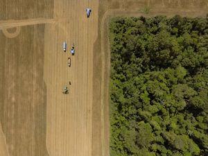 Imagem captada por drone de uma colheita de soja em Santarém - PA.