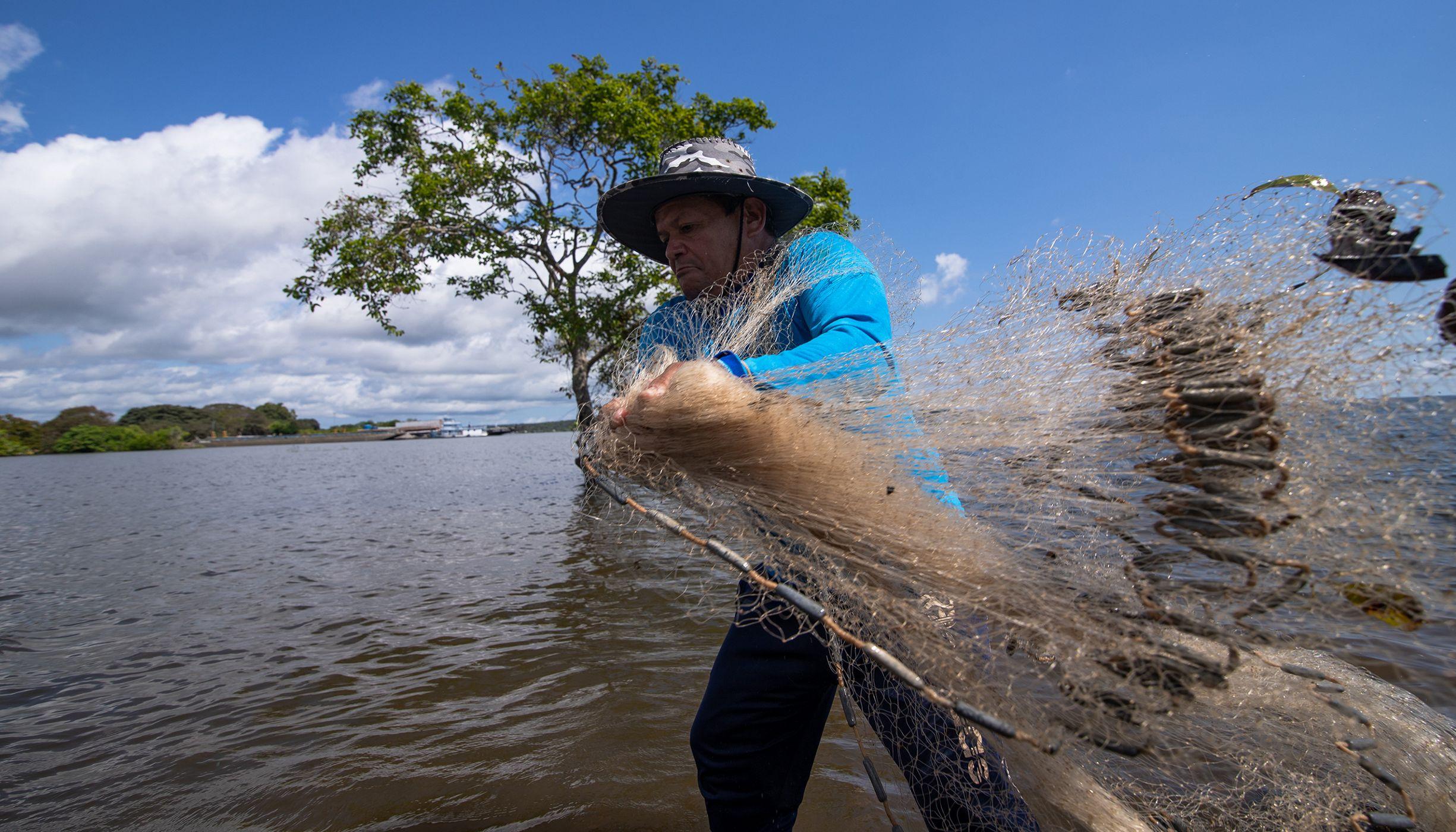 Pescador joga rede no Rio Tapajós