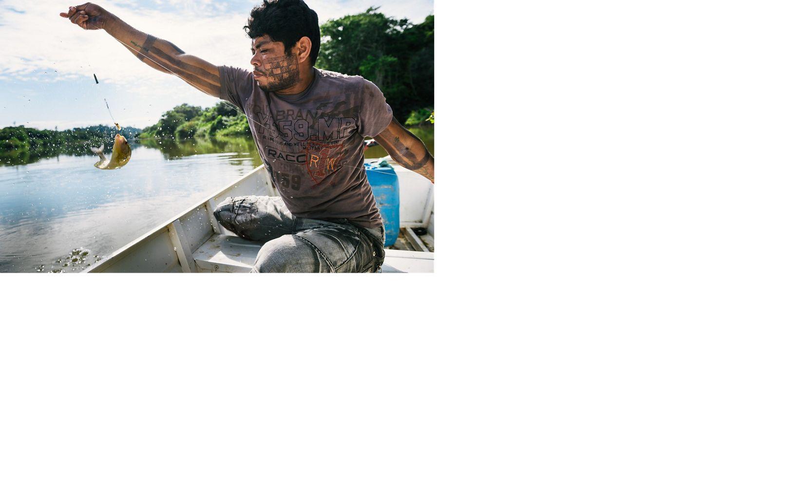 Tekakro Xikrin pescando no Rio Bacajá próximo a aldeia Pot-Kro, na Terra Indígena Trincheira-Bacajá, no Pará.
