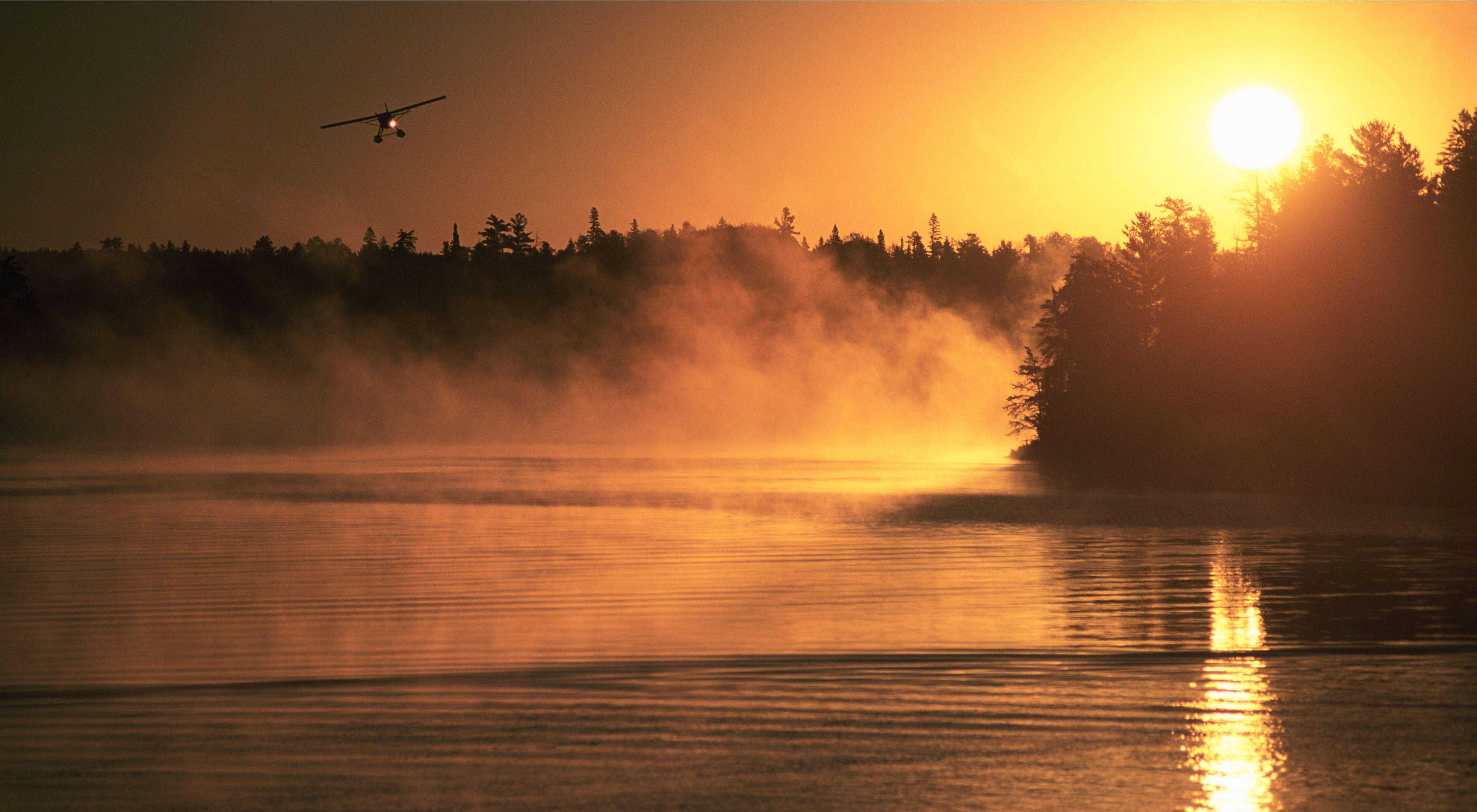 浮动飞机携带的渔民在伊斯特·阿斯托斯黎明出发,落在加拿大安大略省树林地区湖泊中的众多湖泊之一。